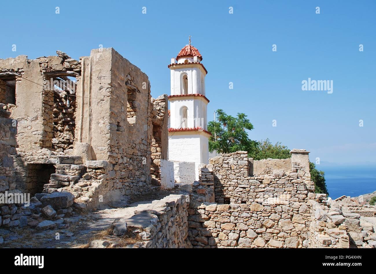 Der Glockenturm der Kirche Agia Zoni in dem verlassenen Dorf Mikro Chorio auf der griechischen Insel Tilos. Stockbild