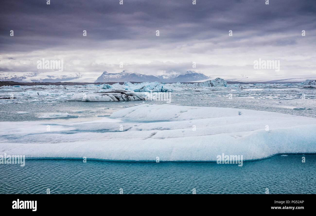 Schwimmende Eisberge in der Gletscherlagune Jökulsárlón, Island Stockbild