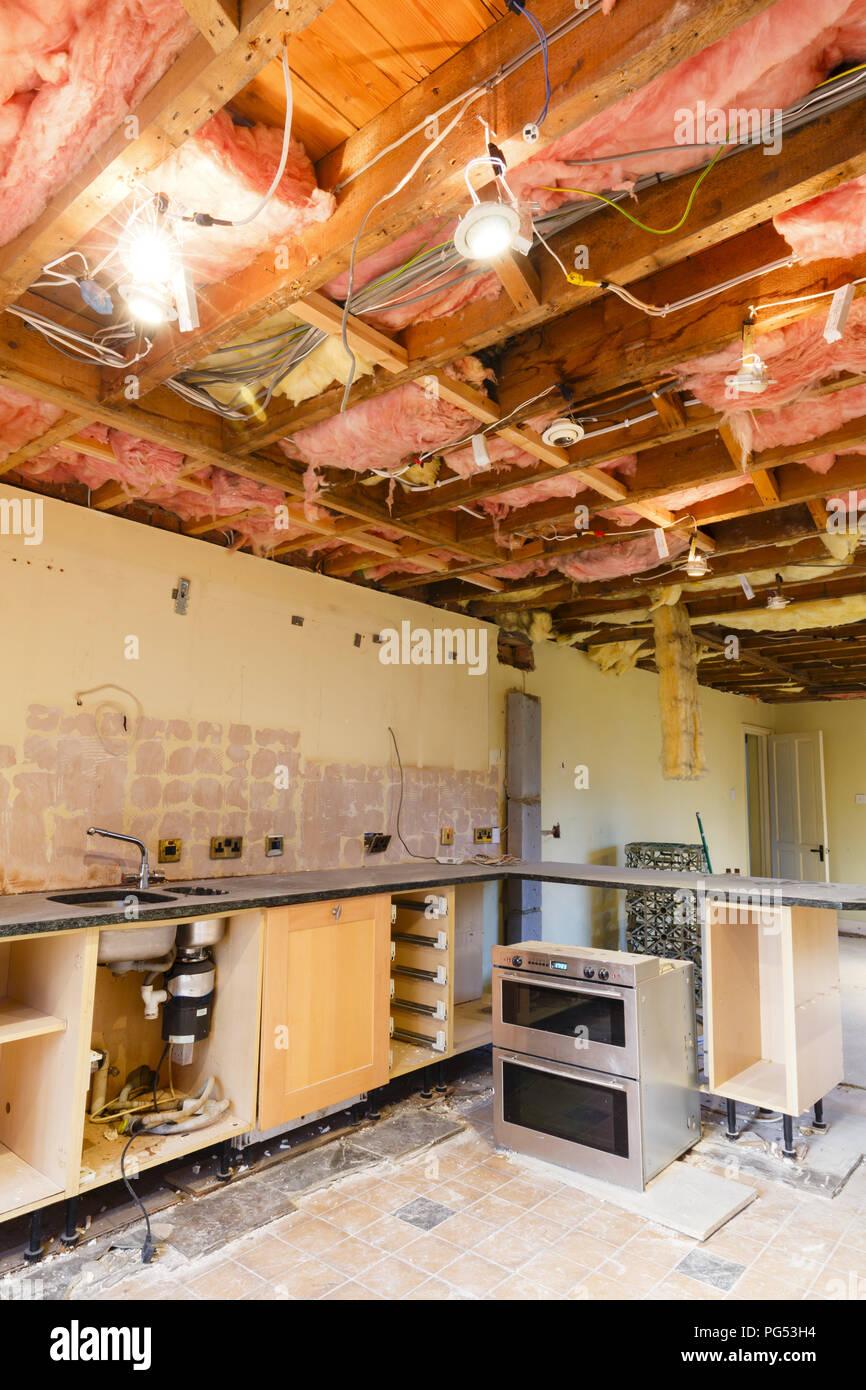 Home Renovierung Szene mit einer Küche Decke ripout vor einer Sanierung und Küche anbringen Stockbild