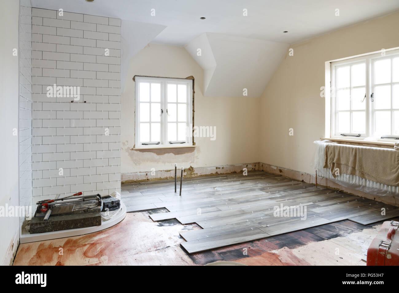 Badezimmer ripout und Fliesen vor einem Umbau, Einbau und ...