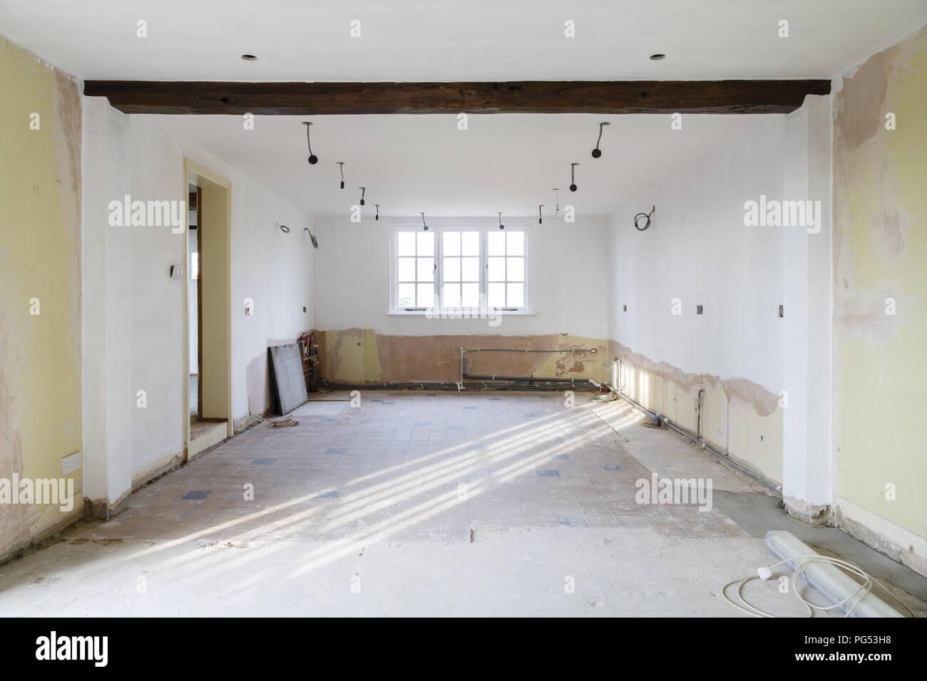 Leere Zimmer in einem alten Haus renoviert, Umbau und Renovierung, in der Vorbereitung für eine Küche einbauen Stockbild