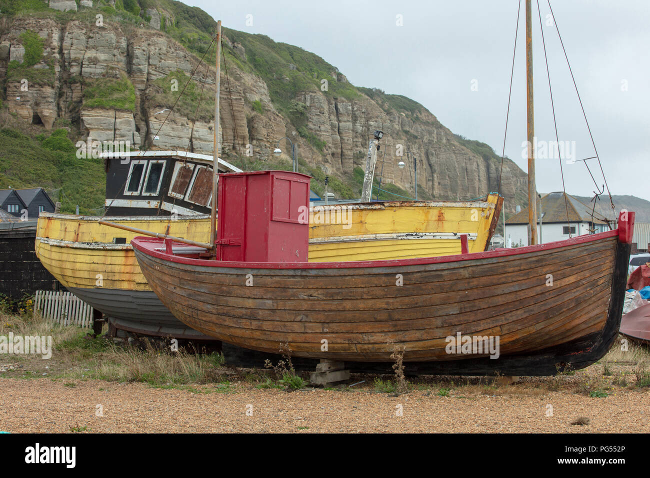 Fiishing Boote an der Hastings Beach und wartet darauf, von den einheimischen Fischern für ihre nachhaltige livelyhood ausgestoßen zu werden, und eine touristische Attraktion. Stockbild