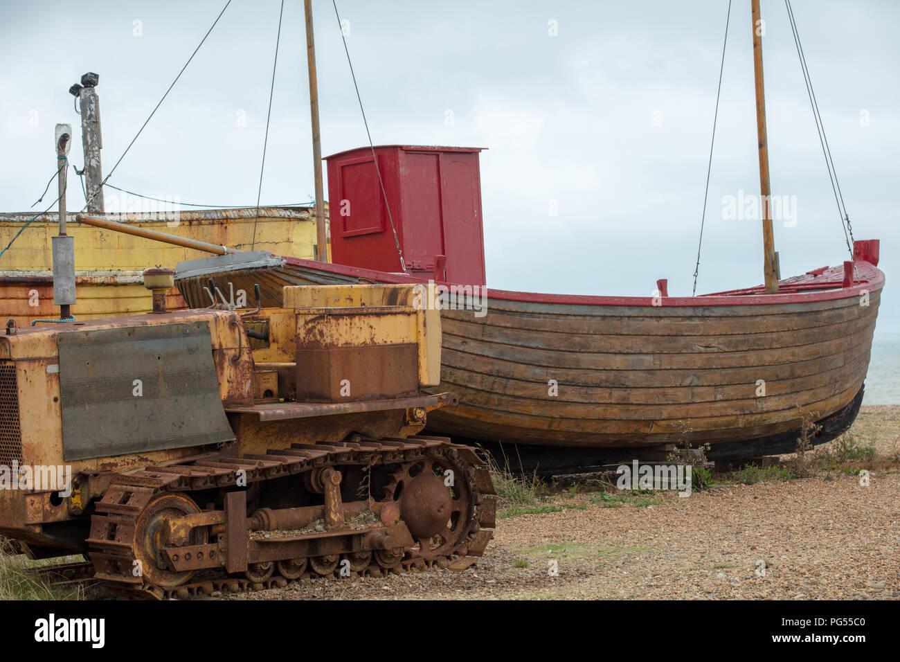 Fiishing Boote an der Hastings Beach und wartet darauf, von den einheimischen Fischern mit rostigen Traktor für ihre nachhaltige Existenzgrundlage gestartet werden, touristische Attraktion Stockbild