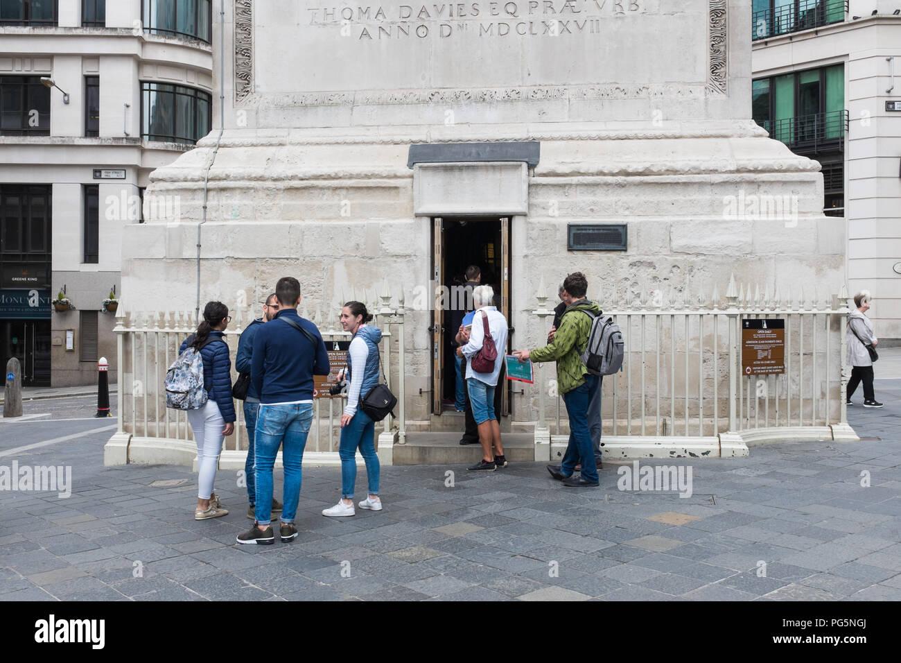 Touristen warten, um das Denkmal zu den großen Brand von London zu geben Sie Schritte zur Aussichtsplattform zu erklimmen Stockbild