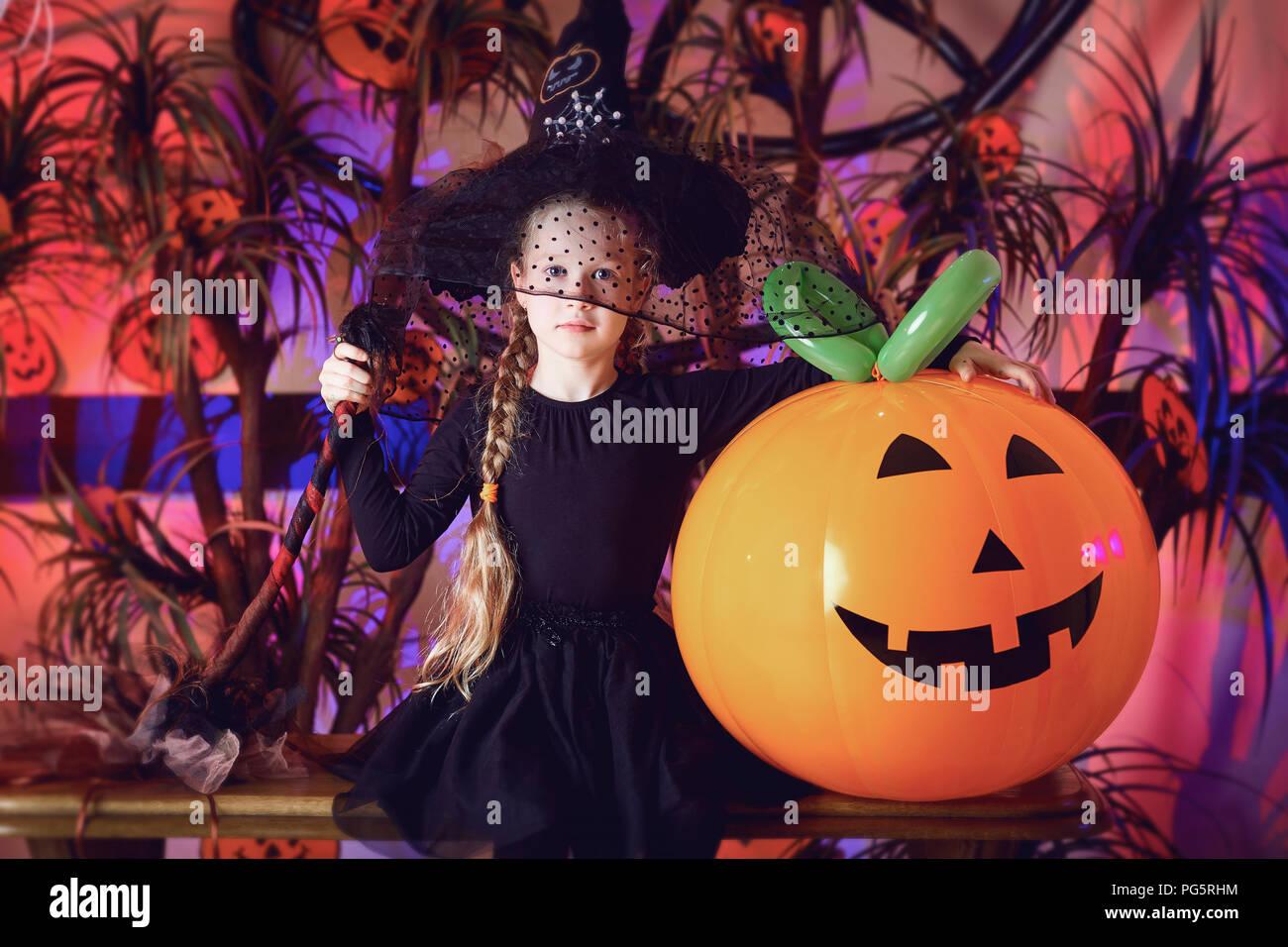 Lustige kleine Mädchen in einem Halloween Kostüm Stockbild