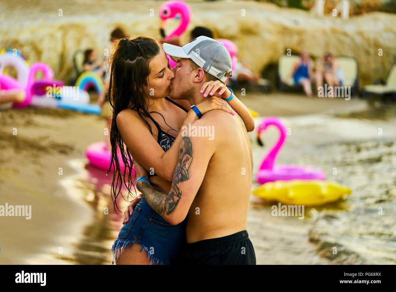 Griechenland, Kreta, leidenschaftlich Geliebte an Beach Party küssen Stockbild