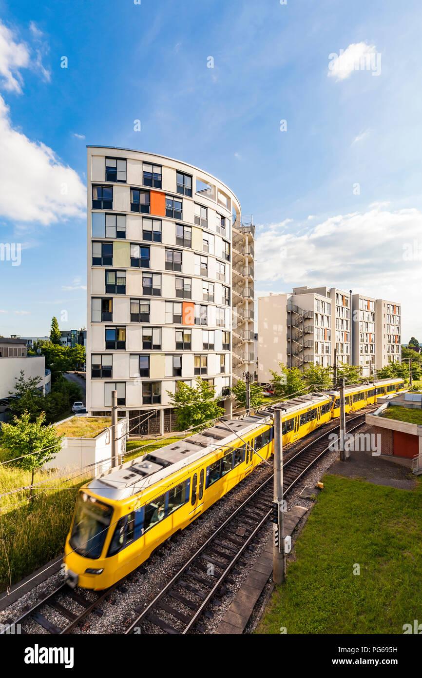 Deutschland, Stuttgart, Wohngebäude und Straßenbahn steigen Stockbild
