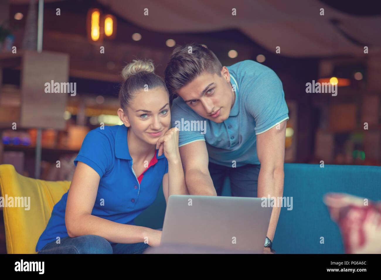 Gruppe von zwei Kollegen arbeiten Vergleich Prognose Grafiken in einem Coffee Shop Stockfoto