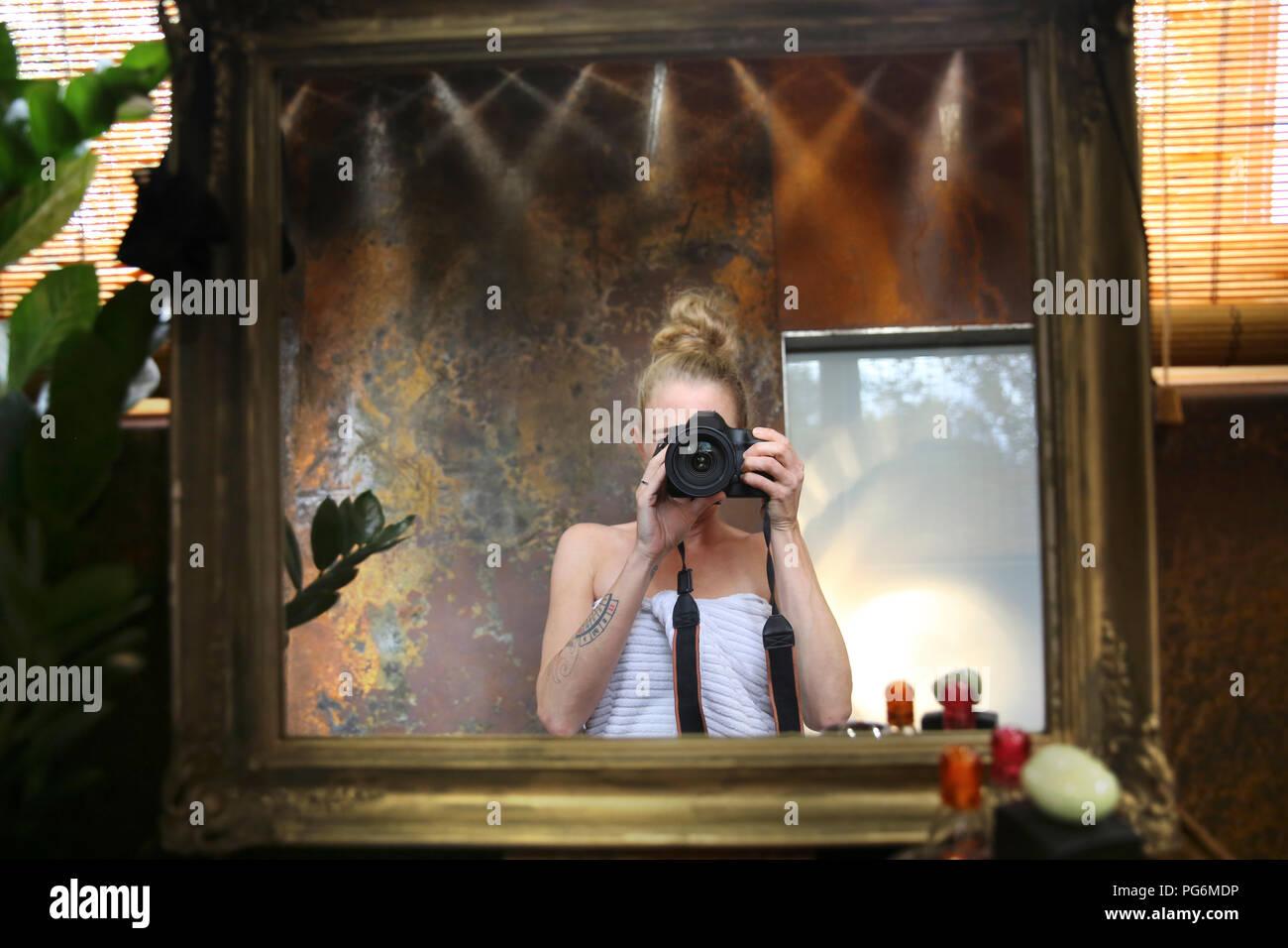 Spiegel Bild der Frau unter selfie mit Kamera im Badezimmer ...