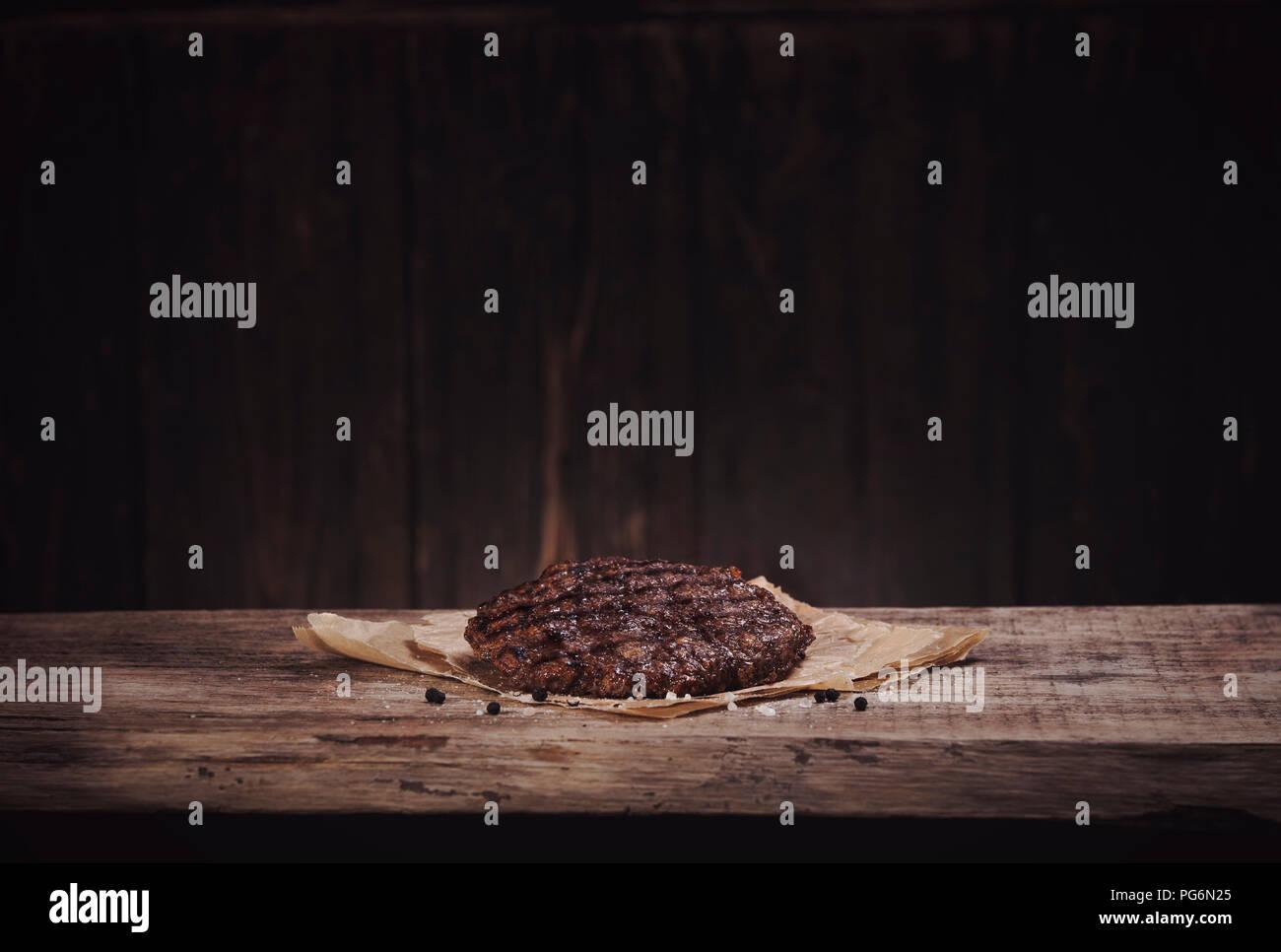 Burger patty auf Holz, Kopie Raum Stockbild
