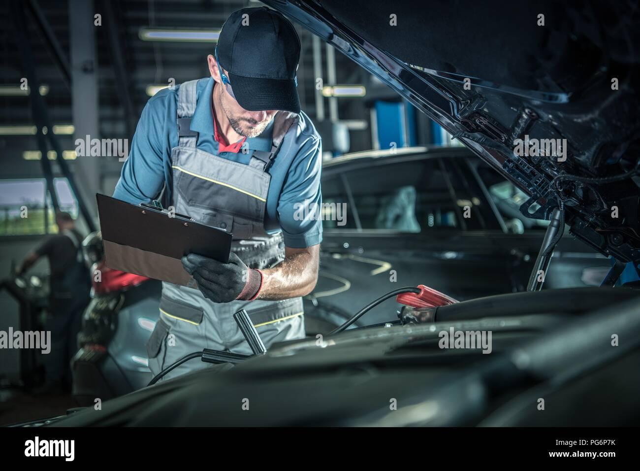 Automechaniker detaillierte Überprüfung des Fahrzeugs. Auto Service Center Thema. Stockbild