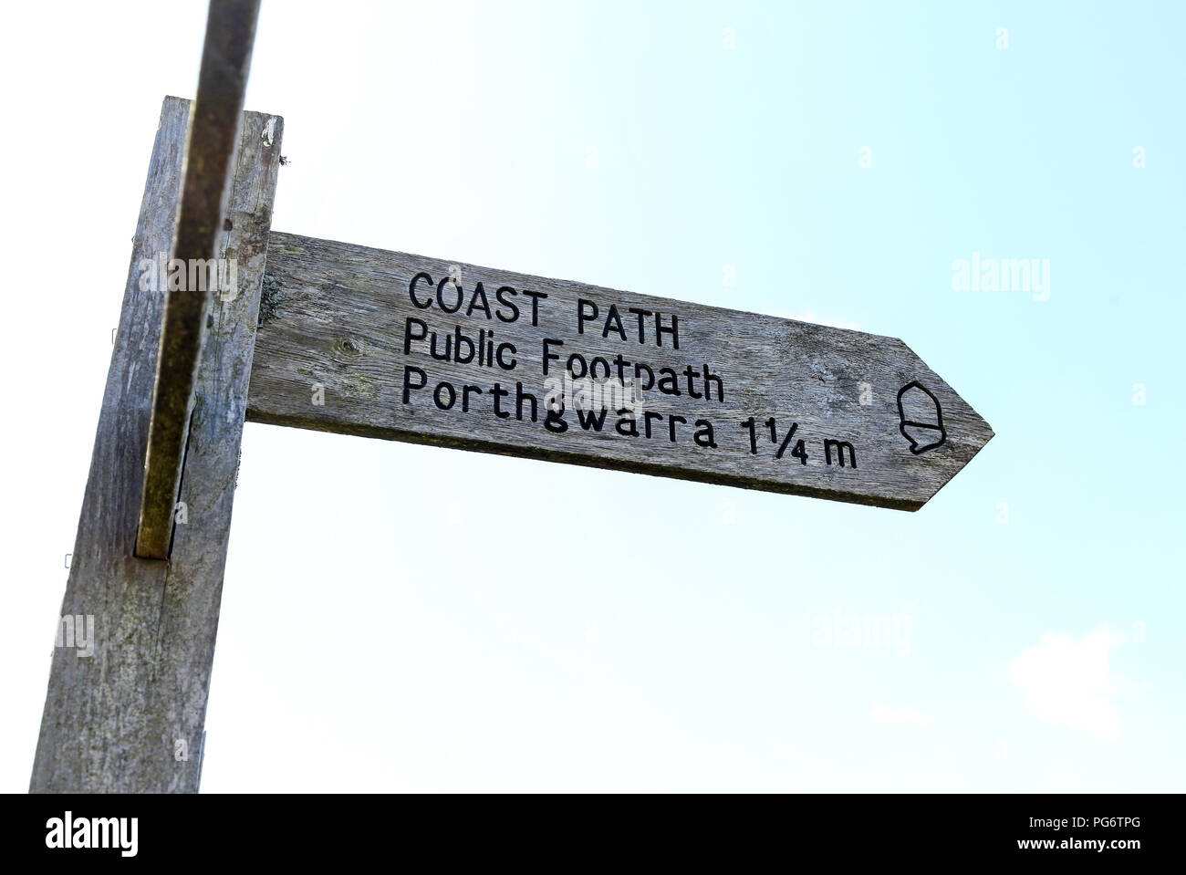 Einen hölzernen Fußweg finger Post sagen Coast Path, öffentlichen Fußweg zu Porthgwarra 1 1/4 Meilen, Cornwall, England Stockbild