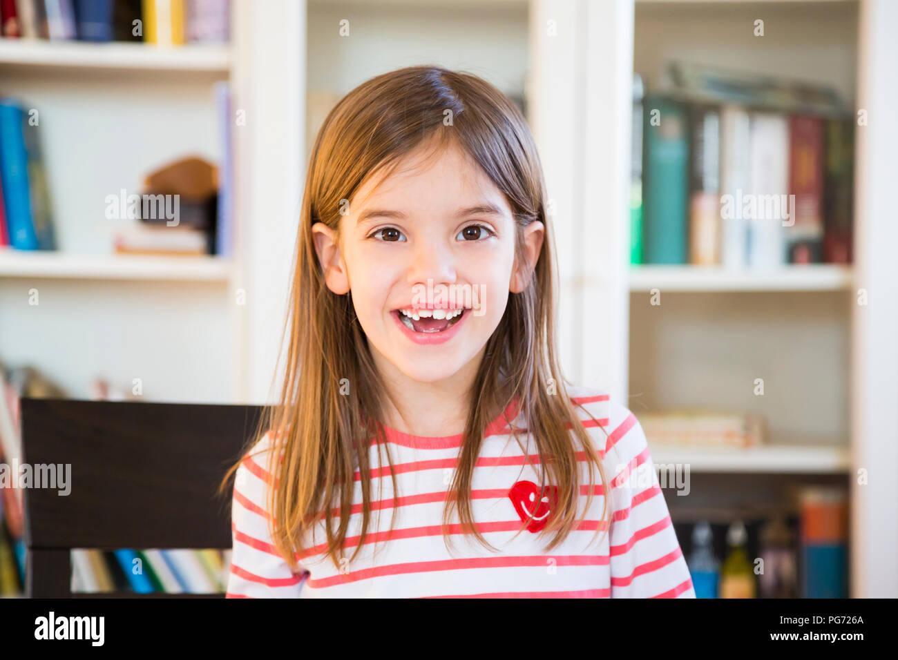 Portrait von glücklichen kleinen Mädchen zu Hause Stockbild