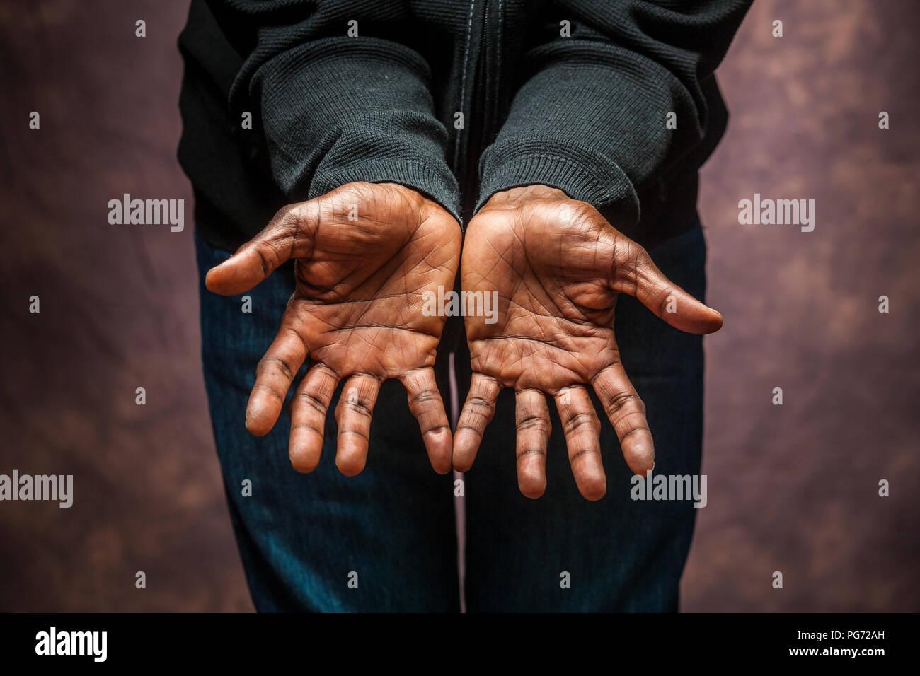 Portrait von ein paar dunklen complexioned/Afroamerikaner/In männlichen Händen. Stockbild
