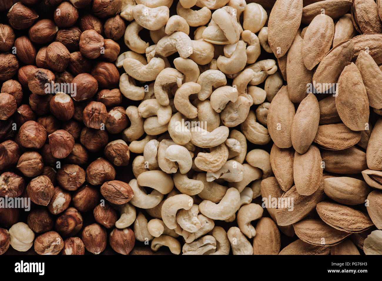 Verschiedene leckere Nüsse im Vollbildmodus Stockbild