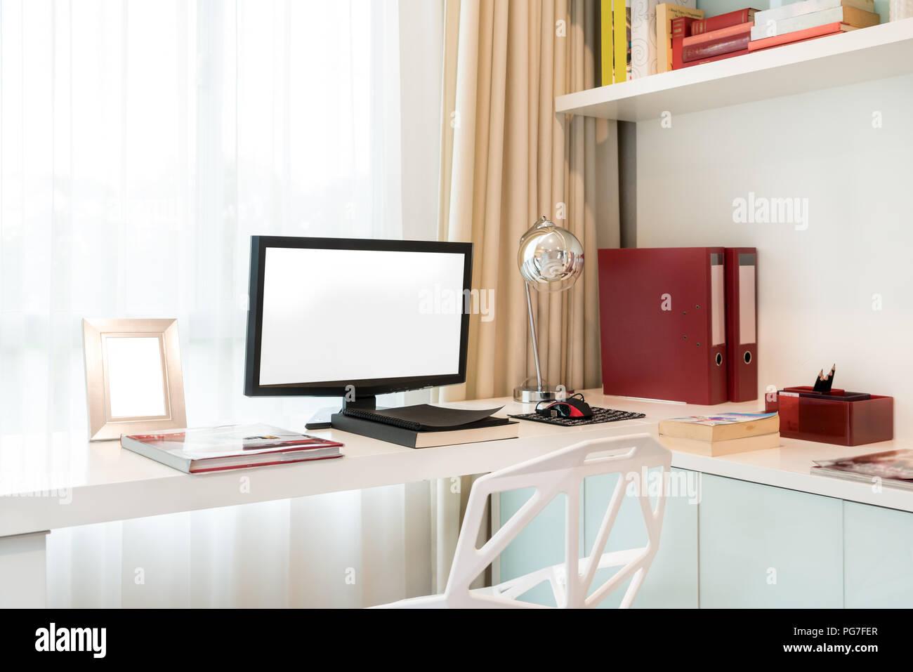 Computer Display Und Office Tools Auf Dem Schreibtisch Zu Hause Desktop Computer Isoliert Moderne Kreativen Arbeitsplatz Hintergrund Arbeitsbereich Zu Hause Stockfotografie Alamy