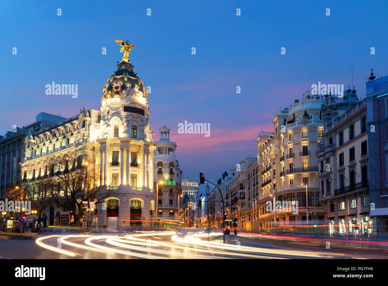 Auto und Verkehr Lichter auf Gran via Street, der Haupteinkaufsstraße in Madrid bei Nacht. Spanien, Europa. Lanmark in Madrid, Spanien Stockbild