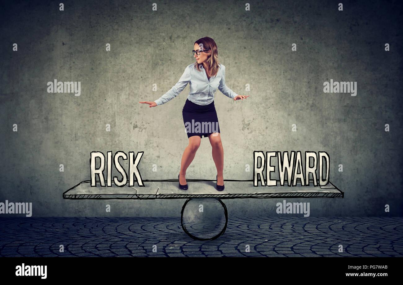 Geschickte junge geschäftsfrau Balancing zwischen Lohn und Gefahr in anspruchsvollen Unternehmensumgebungen Stockbild
