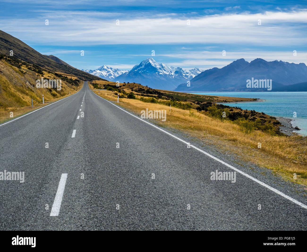 Neuseeland, Südinsel, leere Straße mit Aoraki Mount Cook und Lake Pukaki im Hintergrund Stockfoto