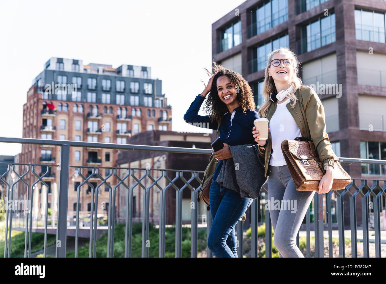 Freunde gehen auf Brücke, reden, Spaß haben Stockbild