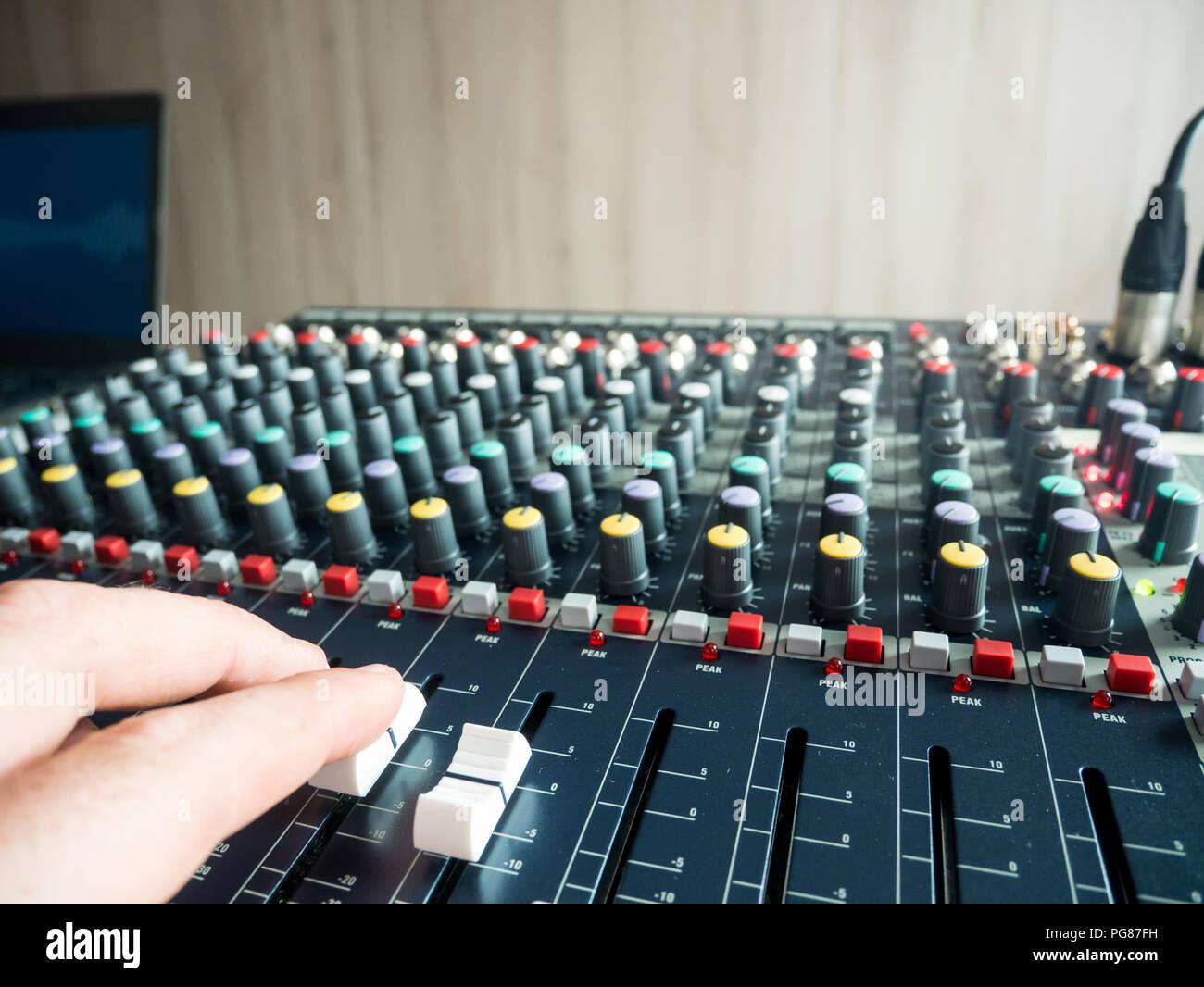 Musik Produzent im Studio zuhause arbeiten Stockbild