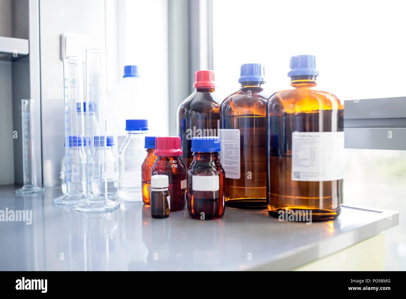 Labor Lösungen und Glaswaren. Stockbild