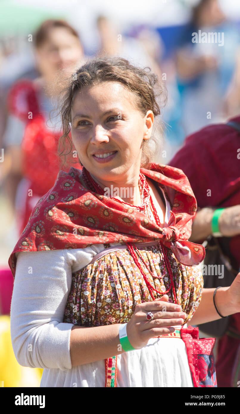 Eine Frau In Der Russischen Folklore Kleidung Mit Einem Schonen