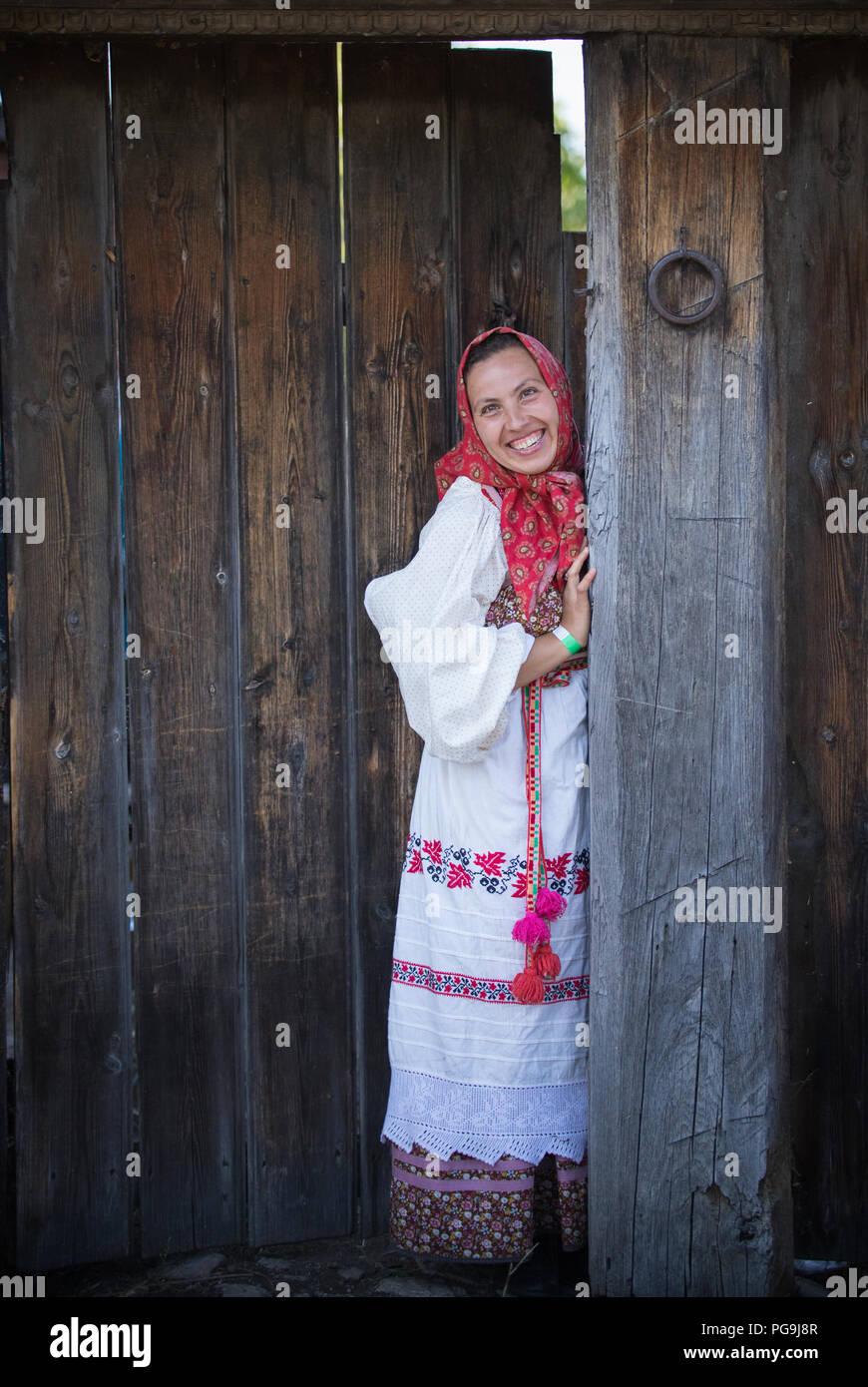 Eine Frau In Einem Russischen Folklore Kleid Und Einen Schal Der