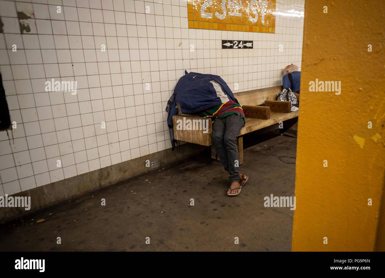Eine obdachlose Person gesehen in der West 23. Straße ind der U-Bahn Station in New York am Mittwoch schlafen, 22. August 2018. (© Richard B. Levine) Stockbild
