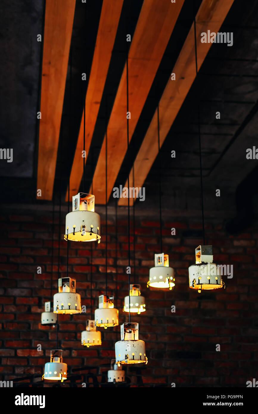 Der Hängend Lampen Im Decke Viele Vintage Cafe Unter VSUzpM