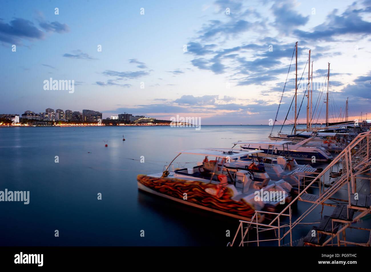 Gelendschik, Russland - 29 Jun 2018: Kai, Pier mit Boote und Boote. Nacht die Stadt und das Meer Stockbild