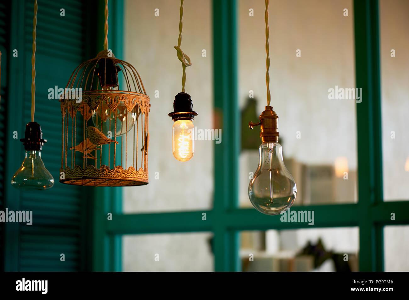 Glühlampen Erickson ausgesetzt mit der Zellen mit der Dekoration Vogel. Gelb, warmes Licht Stockbild