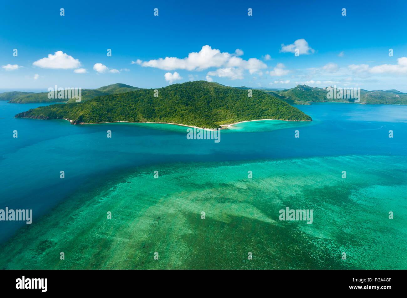 Hayman Island Reef mit Blick auf Hook Island in den berühmten Whitsundays. Stockbild