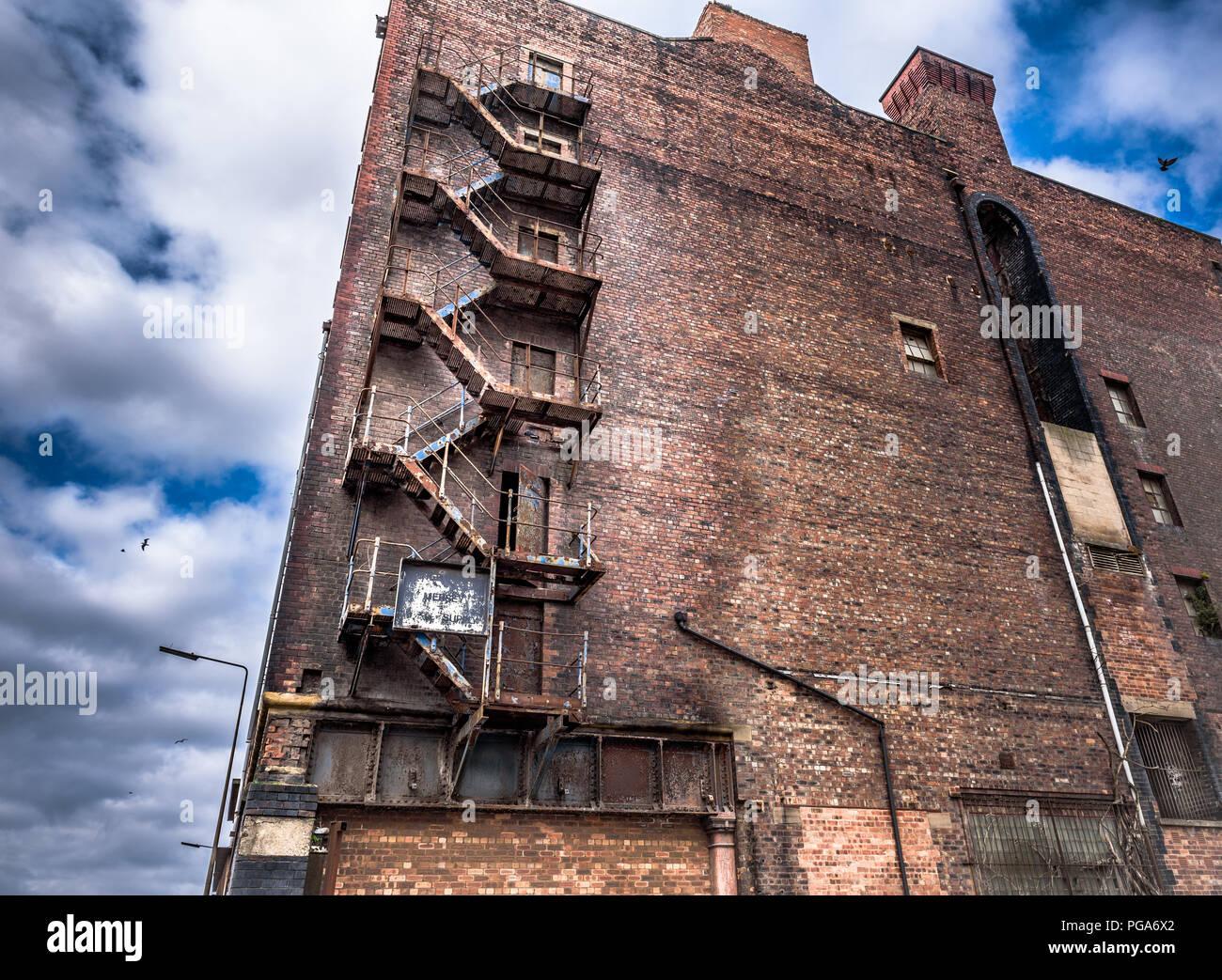 alte rostige b geleisen treppe auf ein verlassenes lagerhaus an der liverpool docks stockfoto. Black Bedroom Furniture Sets. Home Design Ideas