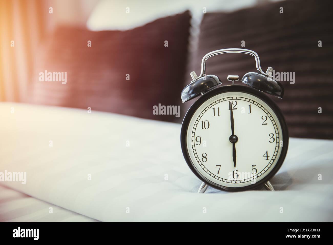 Retro Wecker Auf Schlechten Morgen Bis 6 Uhr Im Schlafzimmer