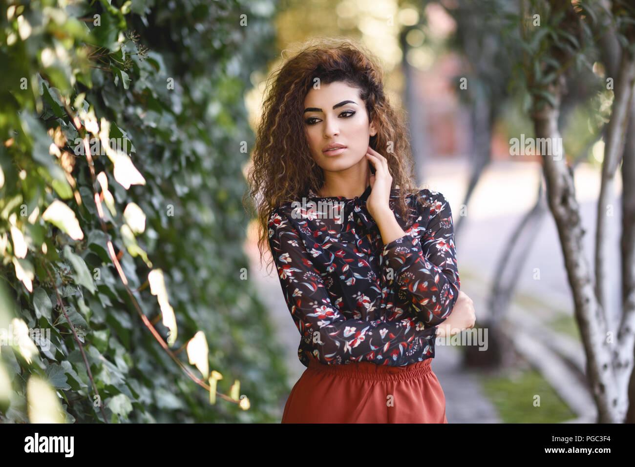 Schöne Junge Arabische Frau Mit Schwarzen Locken Frisur Arabische