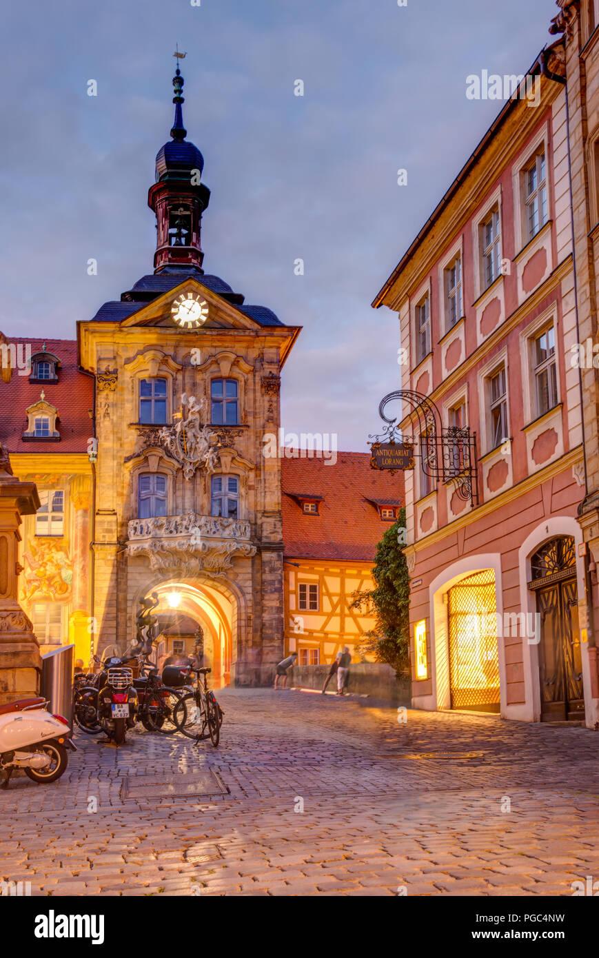 BAMBERG, Deutschland - Juni 19: Beleuchtete Altes Rathaus in Bamberg, die am 19. Juni 2018. Das historische Rathaus wurde im 14. Jahrhundert erbaut. Stockbild