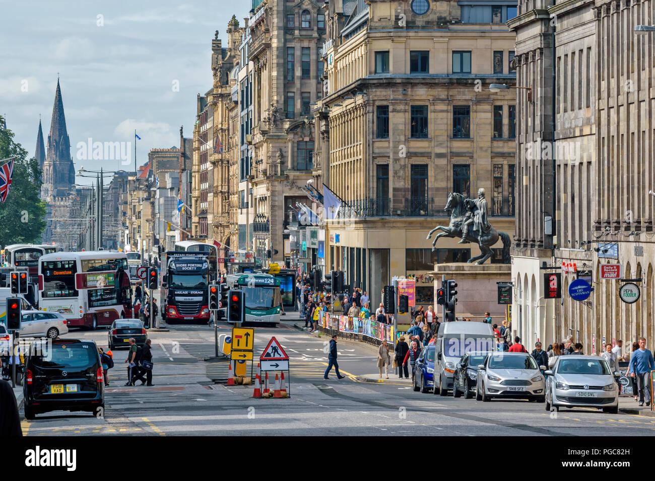 EDINBURGH SCHOTTLAND schwerwiegende Verkehrsstaus und Umweltverschmutzung auf die Princes Street Stockbild