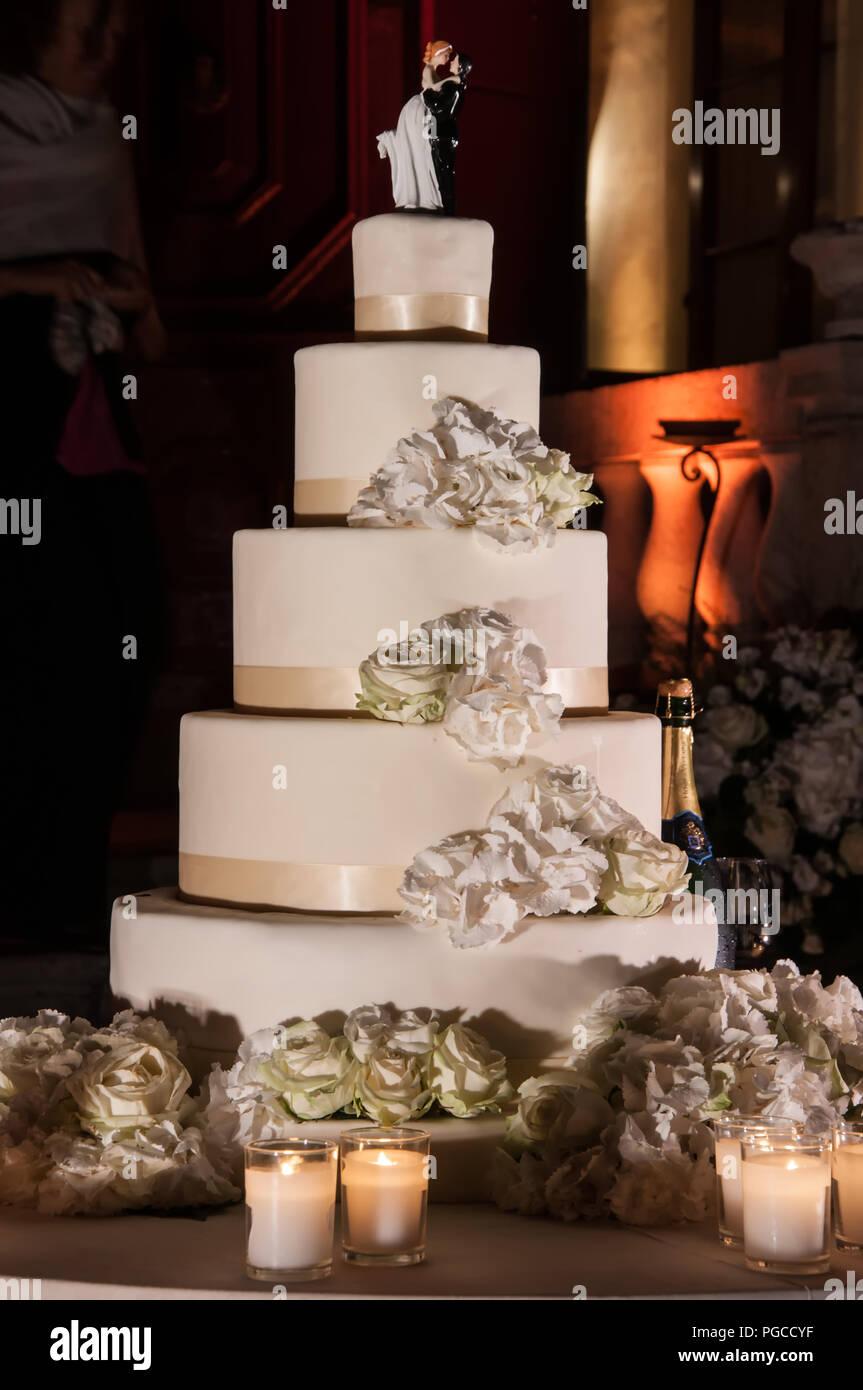 Hochzeitstorte Mit Echten Blumen Und Topper Stockfoto Bild