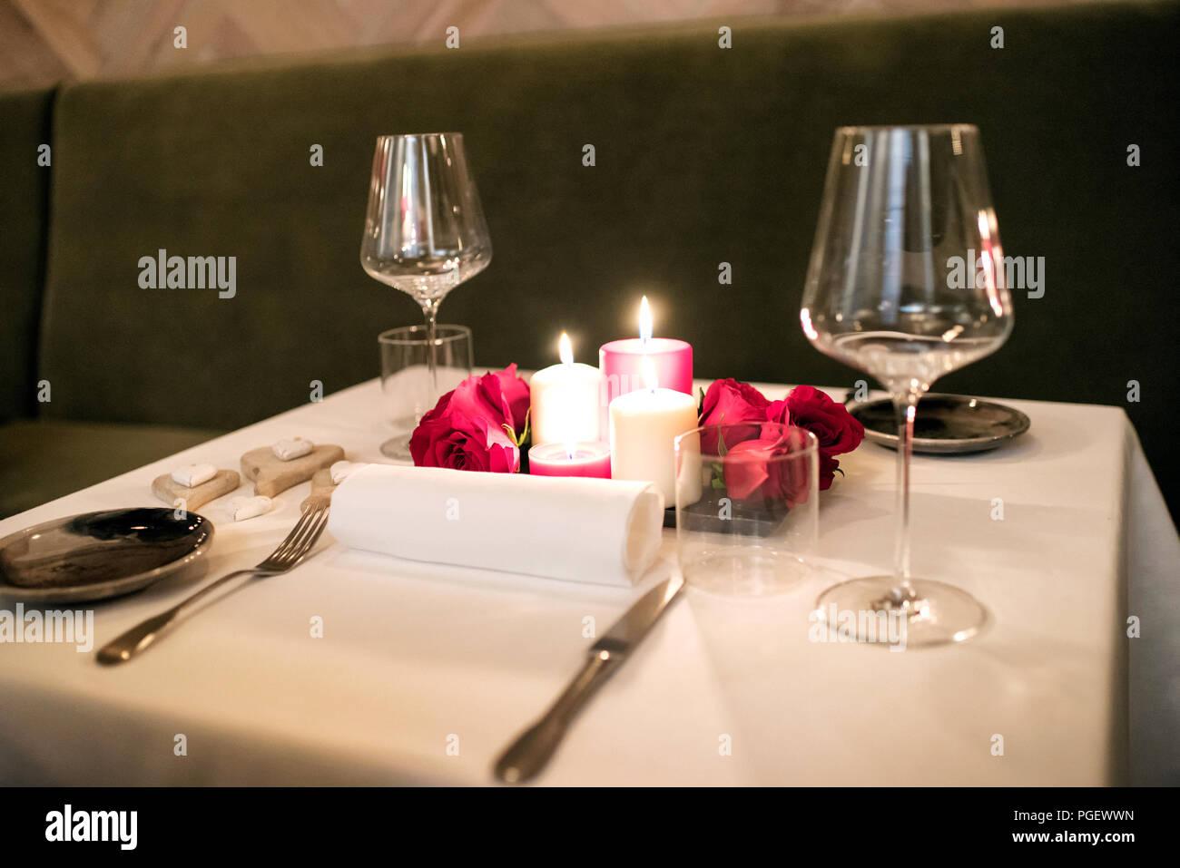 Intime Romantisch Gedeckten Tisch Bei Kerzenschein Für Zwei Mit Einem  Herzstück Der Brennenden Kerzen Und Roten Rosenblättern Und Elegantem  Geschirr Für ...