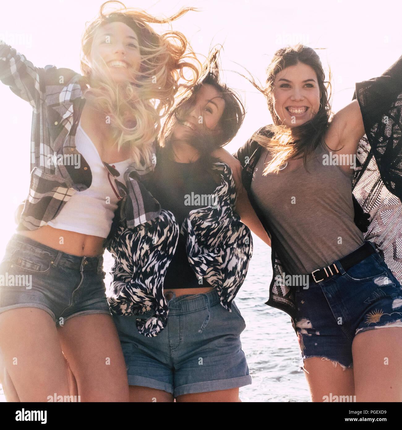 Gruppe von fröhlichen und glücklichen Mädchen springen mit Glück und Freundschaft und youthness. Outdoor Freizeitaktivitäten Aktivität für schöne junge Frauen h Stockbild
