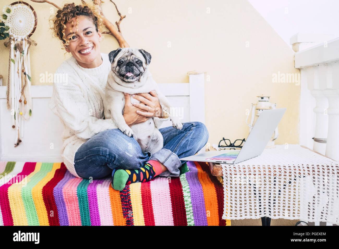 Insgesamt Glück für schöne fröhliche kaukasischen junge Frau umarmte mit Ihren besten Freunden fett Hund Mops zu lächeln. Freundschaft zu Hause und genießen Sie lifest Stockbild