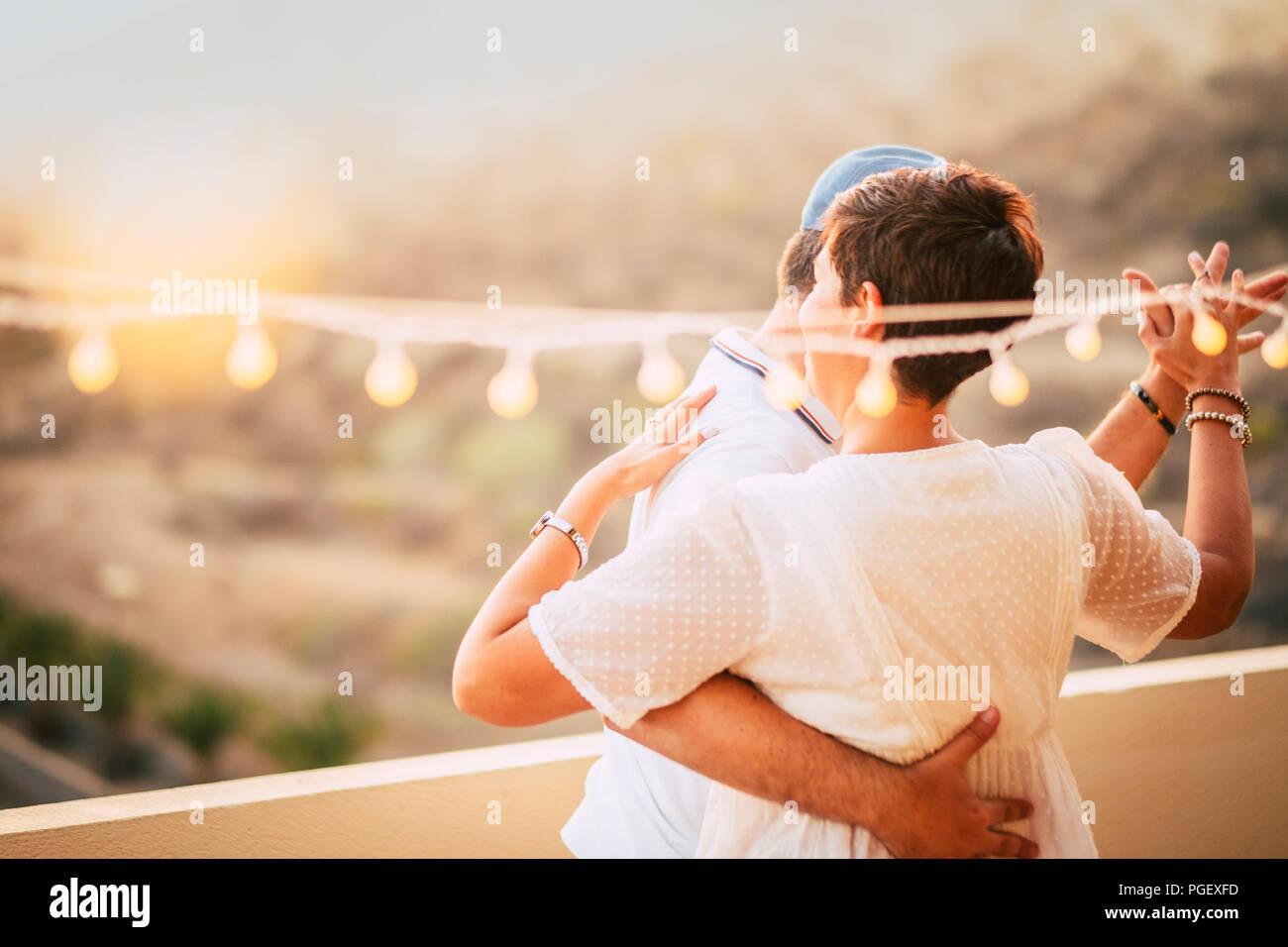 Schönes Paar tanzen auf der Terrasse auf dem Dach mit natürlichen Blick. Liebe und dating Konzept für Menschen zusammen in romantische Freizeitbeschäftigung mit l Stockbild