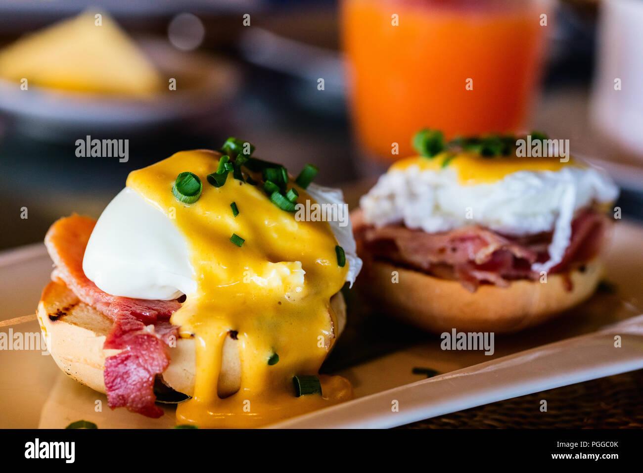 Köstliches Frühstück mit Eggs Benedict und Saft Stockbild
