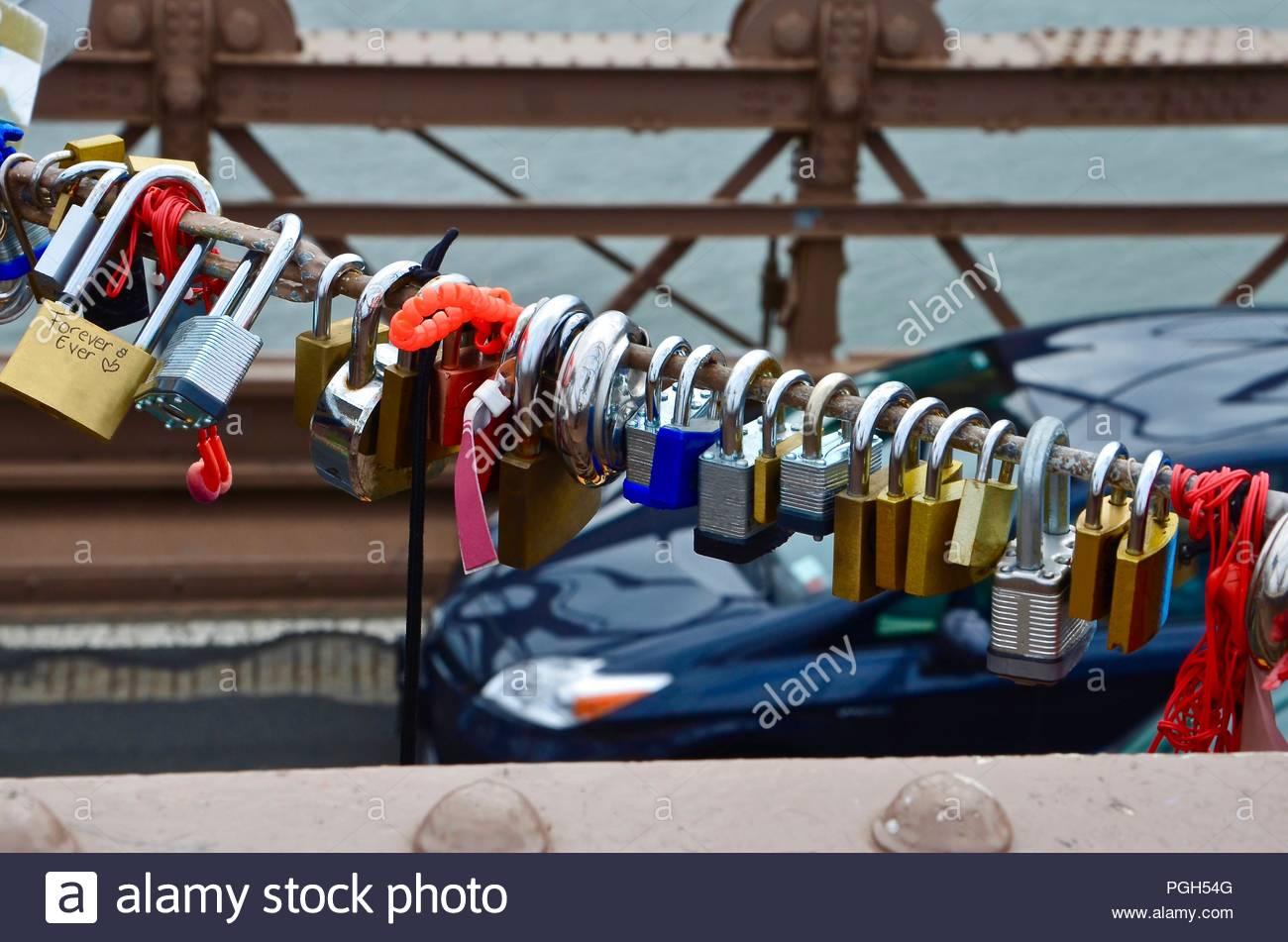 Bunte liebe Schlösser auf einer Brücke in New York City, Liebe, Vermietungen, Paare, Ewigkeit, Architektur, Kultur, Tag, Hudson River, sonnig, TagStockfoto