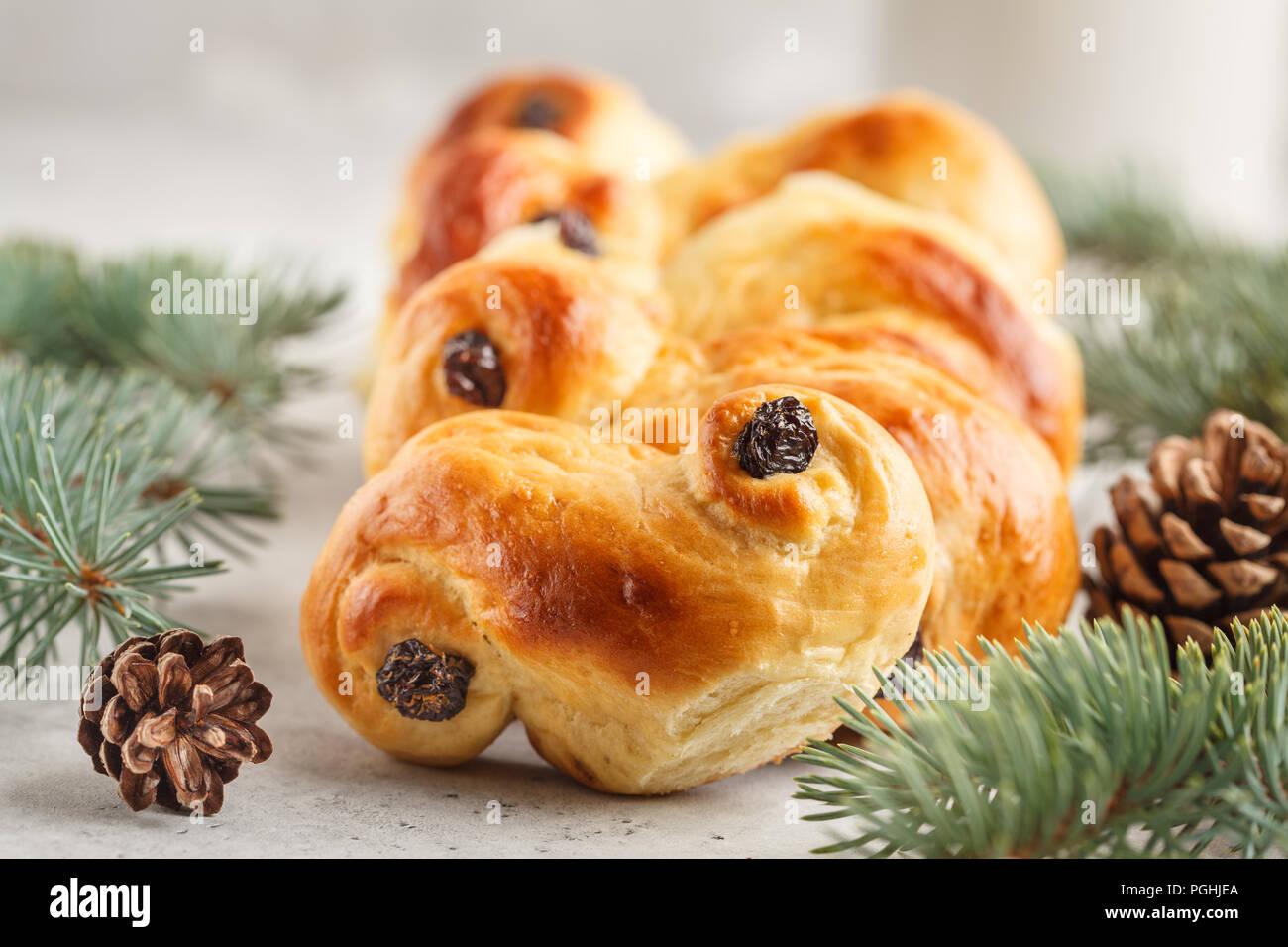 Traditionelle schwedische Weihnachten Safran Brötchen (lussebulle oder lussekatt). Schwedische Weihnachten. Weißer Hintergrund, Weihnachtsdekoration. Stockfoto