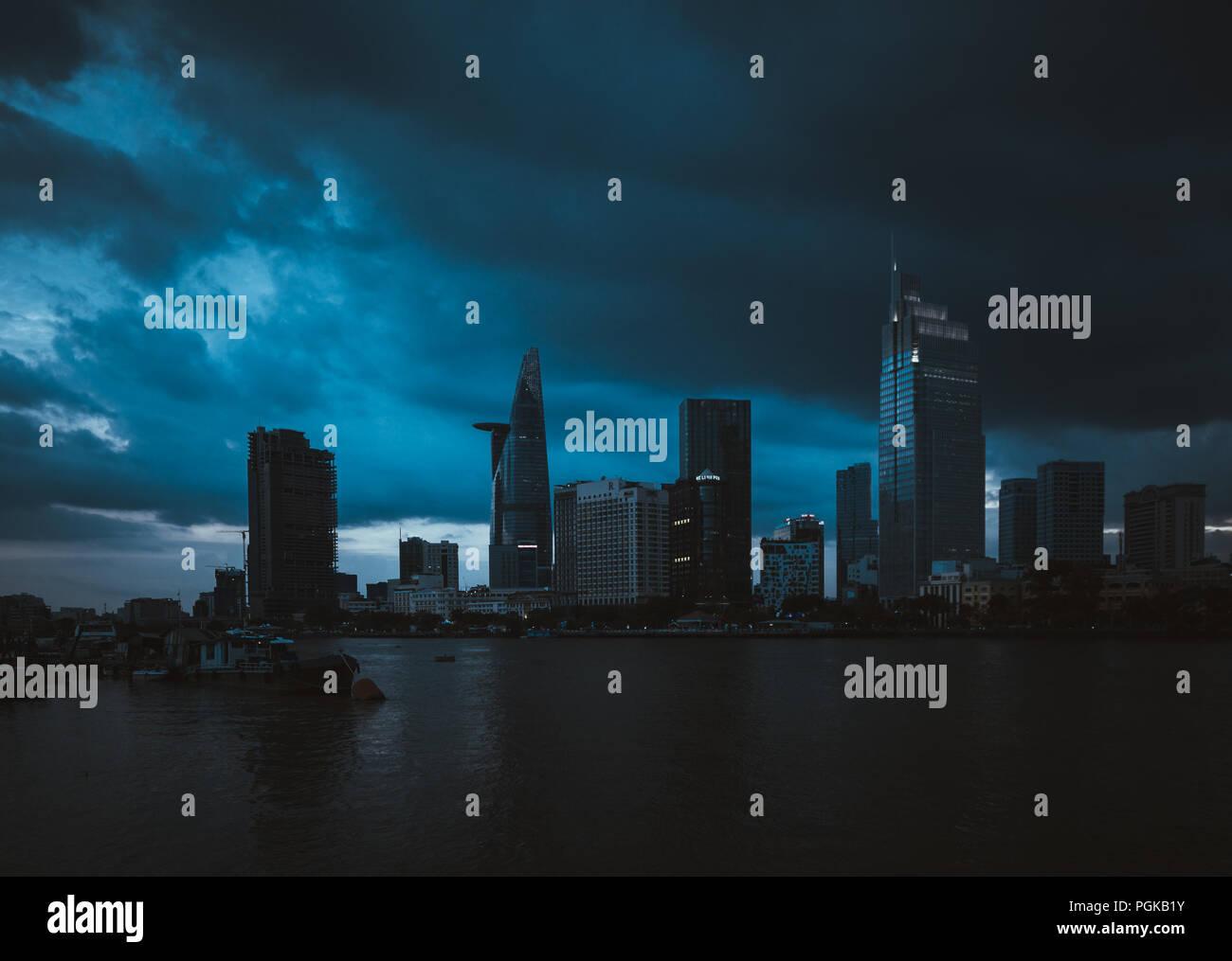 Konzept Dramatische Wetter Auf Stadt Sturmwolken über Zentrum Von