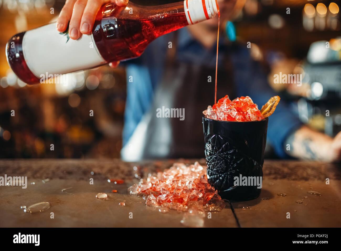 Männliche Barkeeper Gießt Rot Trinken In Das Schwarze Glas Voller