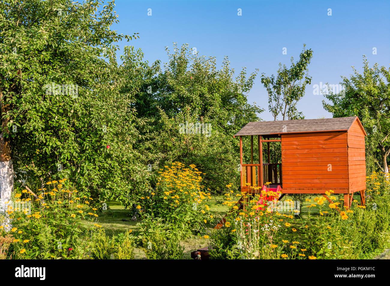 Sommer Kinder Haus Im Grünen Garten Mit Blumen Playhouse Ferienhaus