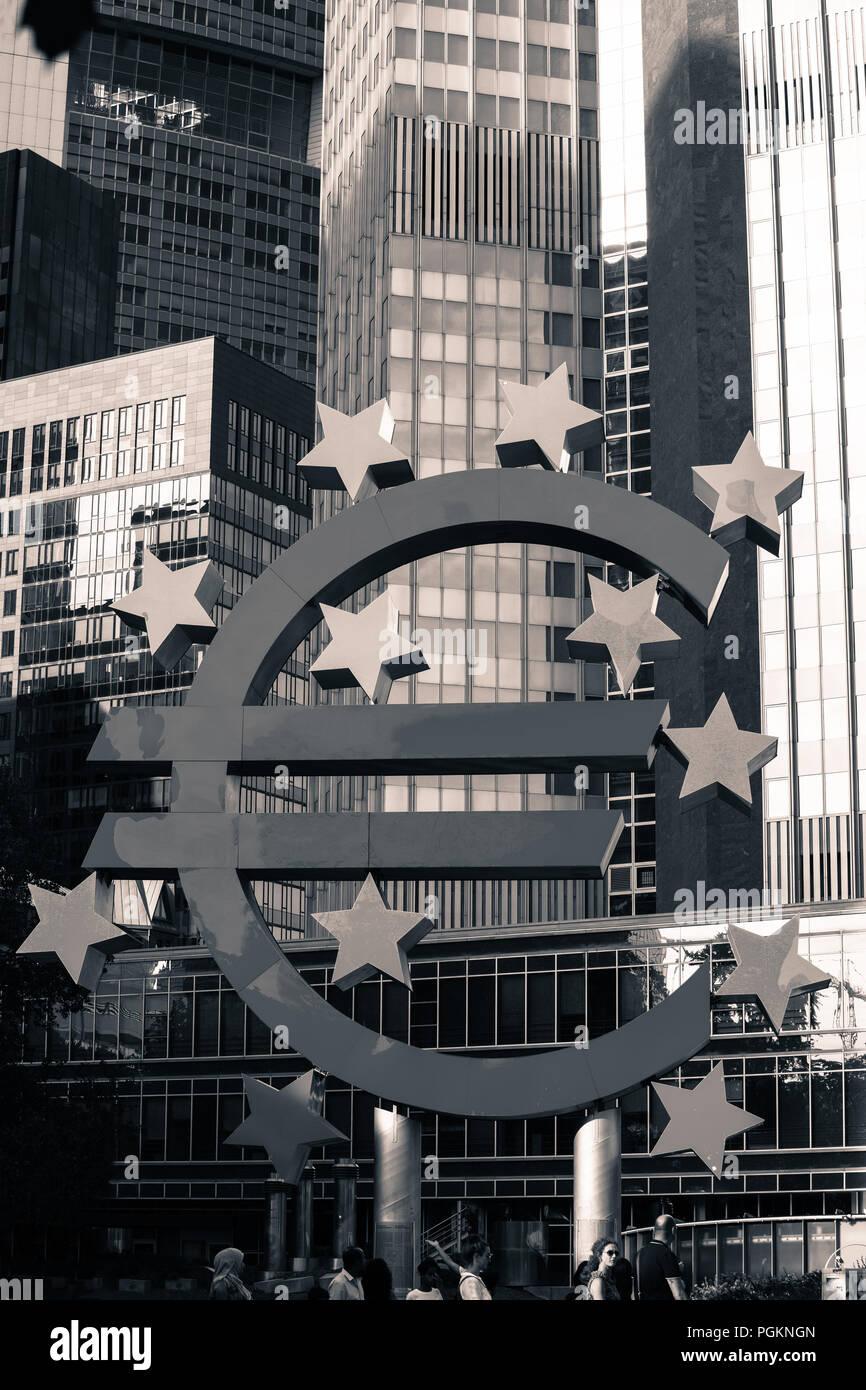 Europa Deutschland Hessen Rhein-Main-Gebiet Frankfurt am Main Euro Zeichen gegen Hochhäuser, Low Angle View Frankfurt, Hessen, Deutschland Euro-Skulptur Stockbild